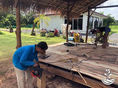 apprendre à tisser sur un métier à tisser en Thaïlande